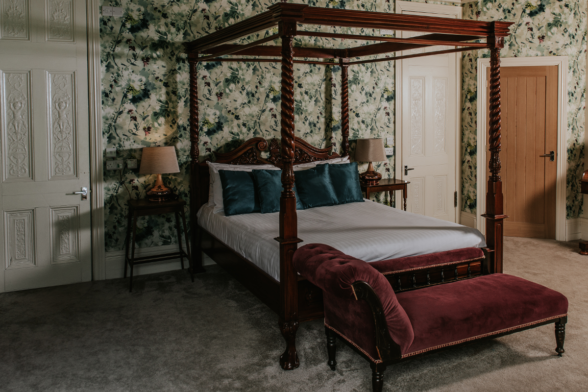 61086b57f099 Healing Manor Hotel Grimsby Junior Suite Barn Four Poster Bed ...